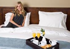 завтрак кровати Стоковые Фотографии RF