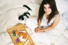 завтрак кровати Стоковые Изображения