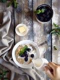 Завтрак лета с ежевикой стоковые изображения rf