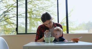 Завтрак матери подавая к ее младенцу 4k видеоматериал