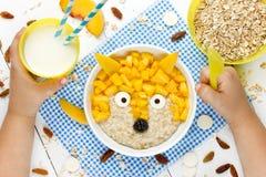 Завтрак младенца здоровый - каша овсяной каши сладостного молока с персиком Стоковые Изображения RF