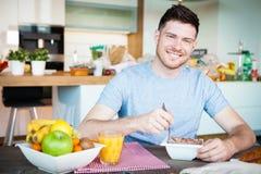 Завтрак молодого человека Стоковые Изображения RF