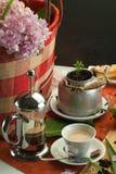 Завтрак натюрморта с баками кофе, чашками и плюшками 2 Стоковая Фотография RF