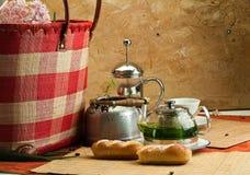 Завтрак натюрморта с баками, чашками и плюшками кофе Стоковое фото RF