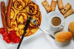 Завтрак на белой деревянной предпосылке Стоковое фото RF
