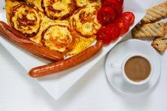 Завтрак на белой деревянной предпосылке Стоковые Изображения