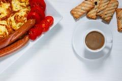 Завтрак на белой деревянной предпосылке Стоковое Изображение