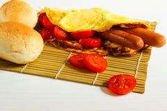 Завтрак на белой деревянной предпосылке Стоковое Фото