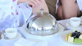 Завтрак на белом tableware акции видеоматериалы