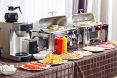 Завтрак на гостинице Таблица шведского стола с гостями посуды ждать Стоковое фото RF
