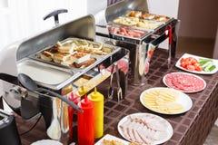 Завтрак на гостинице Таблица шведского стола с гостями посуды ждать Стоковая Фотография