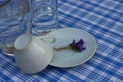 Завтрак на голубой скатерти Стоковое Изображение