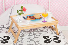 Завтрак на кровати Стоковое Изображение
