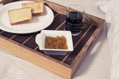 Завтрак на кровати Стоковая Фотография
