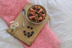Завтрак на кровати Стоковые Изображения