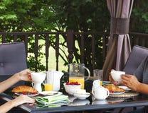 Завтрак на открытой террасе Стоковые Фотографии RF
