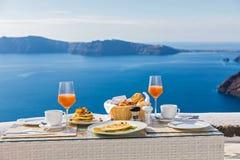 Завтрак на таблице обозревая море Стоковое Изображение RF