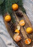 Завтрак-обеды ели Tangerines, конусы сосны на деревянной кухне всходят на борт стоковые изображения rf