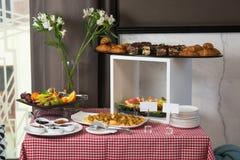 Завтрак-обед в ресторане Плита с вареньем и блинчиками плодоовощ стоковая фотография