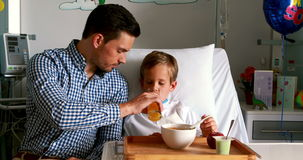 Завтрак отца подавая к его сыну видеоматериал
