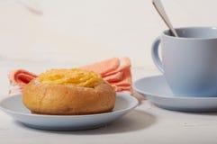 Завтрак плюшки сливк кокоса стоковое изображение