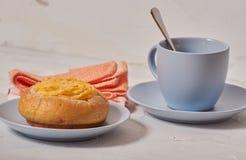 Завтрак плюшки сливк кокоса стоковая фотография