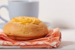 Завтрак плюшки сливк кокоса стоковые фотографии rf