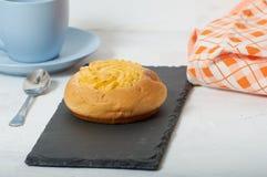 Завтрак плюшки сливк кокоса стоковая фотография rf