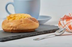 Завтрак плюшки сливк кокоса стоковое фото
