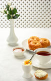 Завтрак плюшек вареного яйца и бриоши с чаем Стоковые Фото