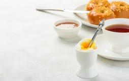 Завтрак плюшек вареного яйца и бриоши Стоковое Фото