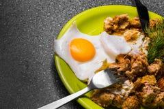 Завтрак - ростбиф и яичницы на серой предпосылке Стоковые Фотографии RF
