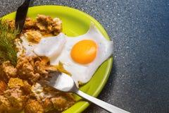 Завтрак - ростбиф и яичницы на серой предпосылке Стоковое Фото