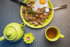 Завтрак - ростбиф и яичницы, чашка чаю на серой предпосылке Стоковые Изображения