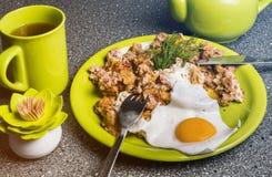 Завтрак - ростбиф и яичницы, чашка чаю на серой предпосылке Стоковое Изображение