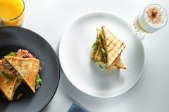 Завтрак сандвичей, кофе и апельсинового сока стоковая фотография rf