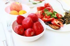 Завтрак - свежие клубники на таблице Стоковое Изображение RF