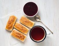Завтрак сладостных кренов от печенья слойки, варенья поленики Стоковое Фото