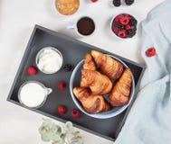 Завтрак служил с кофе, круассанами, свежими ягодами, молоком, c стоковые фотографии rf