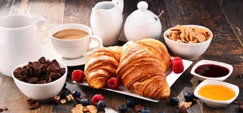 Завтрак служил с кофе, круассанами, хлопьями и плодоовощами стоковая фотография