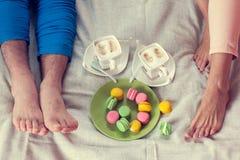 Завтрак совместно в кровати с macaroons Стоковое Фото