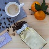 Завтрак состоит из кофе, шоколада и tangerines Стоковые Изображения RF