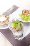 завтрак состоит из хлопьев, плодоовощ, молока, югурта Стоковое фото RF