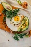 Завтрак состоя из здравицы, яичек, авокадоа, луков Стоковое Фото
