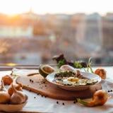 Завтрак состоя из здравицы, яичек, авокадоа, луков Стоковые Фото