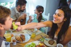 Завтрак счастливой женщины подавая к его сыну Стоковые Фотографии RF