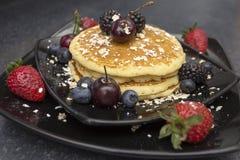 Завтрак с блинчиком и ягодами стоковые изображения