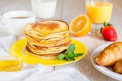 Завтрак с блинчиками на желтой плите Стоковое Фото