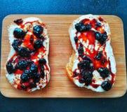 Завтрак с вареньем масла и вишни стоковое изображение