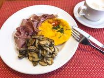 Завтрак с взбитыми яйцами, champignons и мясом стоковое фото rf